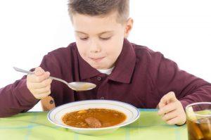 レンズ豆スープを食べる男の子