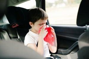 車内で口に袋をあてる男の子