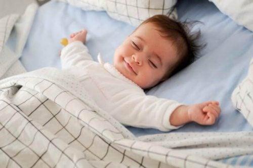 微笑みながら寝る赤ちゃん