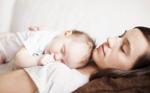 ママの上で寝る赤ちゃん