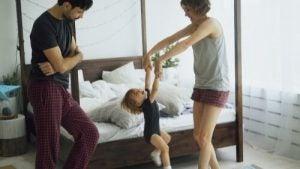 寝室で踊る親子