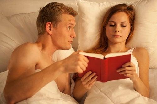 ベッドで読書する女性とパートナー