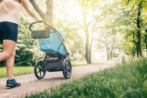 赤ちゃんを連れてお散歩してもいいのはいつから?