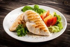 鶏むね肉と野菜の皿