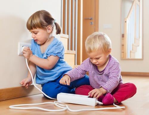 電気コードで遊ぶ子供たち