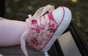 花柄の靴をはいた赤ちゃんの足