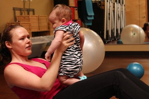 赤ちゃんとエクササイズをする女性
