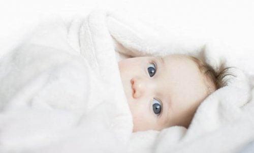 赤ちゃんをおくるみに包む時の4つのポイント