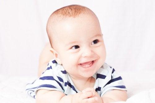 赤ちゃんの笑顔からのぞく2本の歯