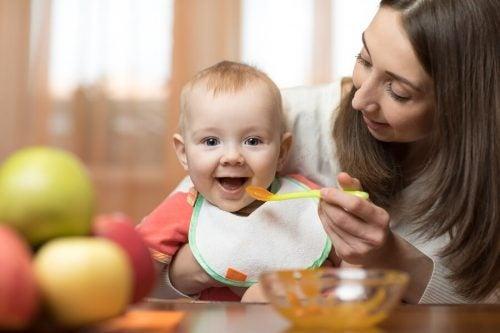 果物のピューレを食べさせてもらう赤ちゃん