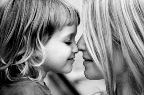 鼻と鼻をくっつける母子 命の愛