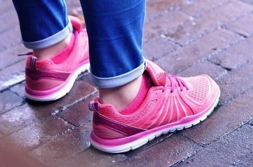 ピンクのスニーカーの足元