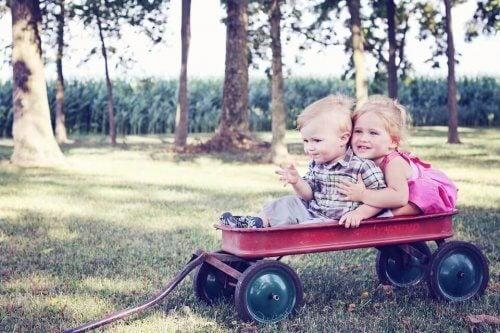 荷車に乗って遊ぶ子供二人