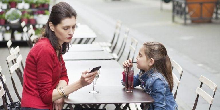 母親ー携帯依存症