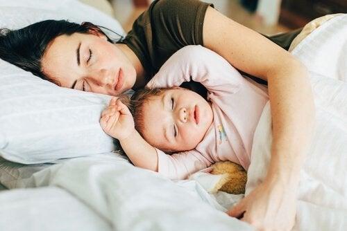 娘と添い寝する母親