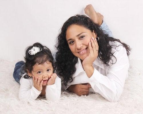 白い床に寝転ぶ母と娘