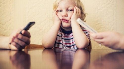 携帯電話依存症が子供に危害を及ぼす可能性