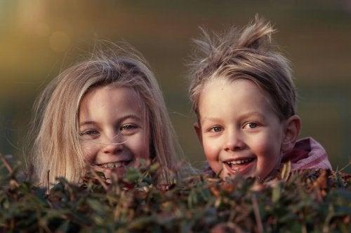 庭で遊ぶ子供二人