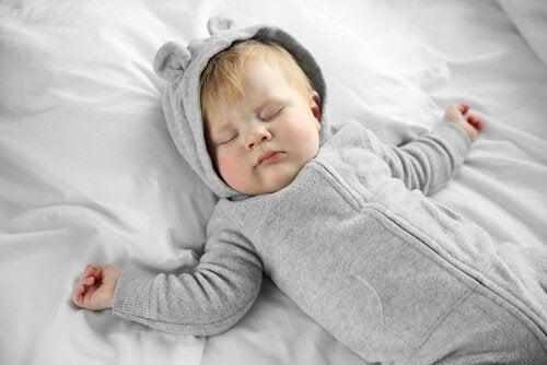 寝ている赤ちゃん 一人で寝かせる
