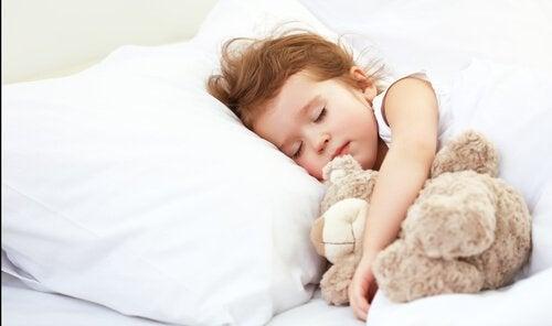 ベビーベッドからベッドへ:一人で寝かせることは難しくない