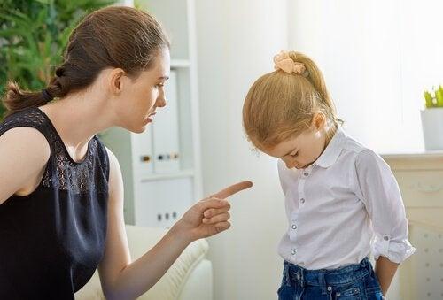 子どもを叱る アメとムチ