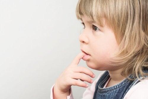 どうして子供は爪を噛むのか?
