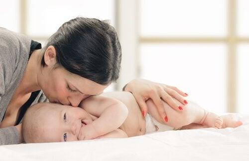 赤ちゃんにキス 赤ちゃんとの絆