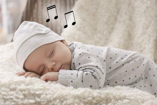 子どもに 子守歌 を歌う