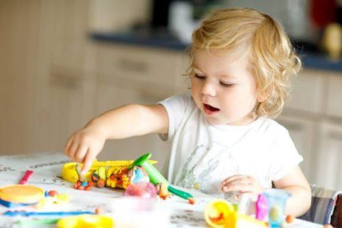 2歳児が遊んで学べる8種類のおもちゃ