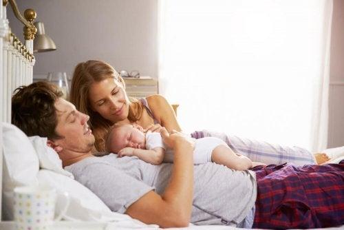 赤ちゃんの誕生で親は 睡眠を失う