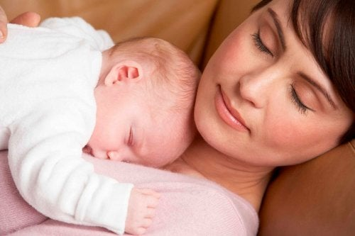 赤ちゃんが生まれて親は 睡眠時間を失う 親