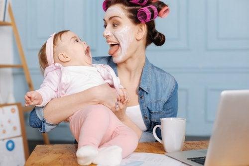 お子さんの感覚を刺激してあげましょう 一日中赤ちゃんを楽しませる