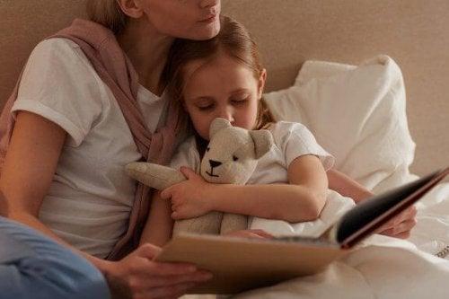 寝る前に子どもに本を読んであげましょう