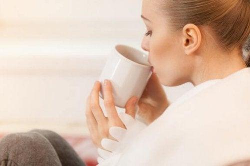 母乳育児に最適な5種類の ハーブティー とその健康効果
