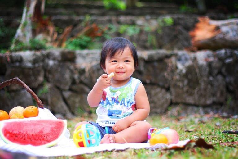 子どもの食事に果物を