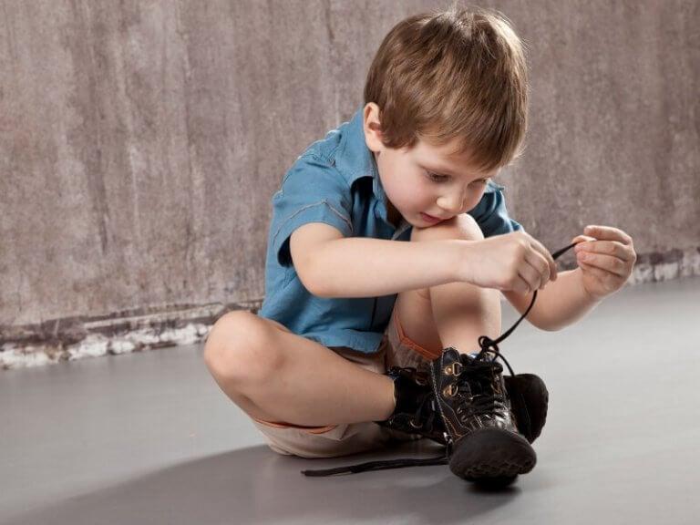 靴ひもを結ぶ 靴紐の結び方