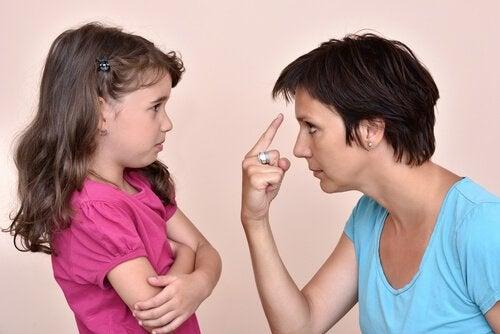 母親に叱られる