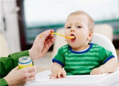 スプーンから食べる赤ちゃん