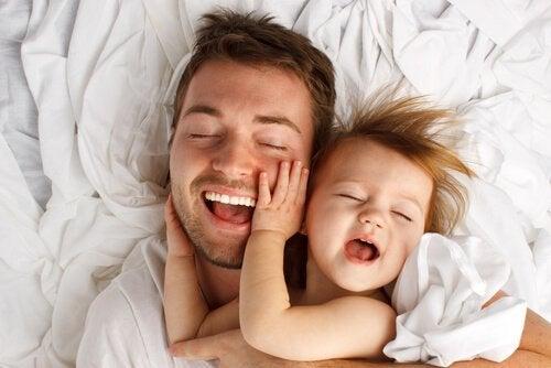 子どもに優しく触れてあげることの8つの癒し効果