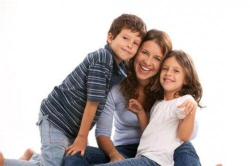 娘と息子をハグする母親 幸せな母親 リスト