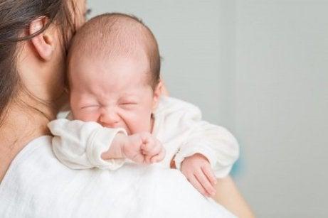 抱っこされる赤ちゃん 赤ちゃんの嘔吐