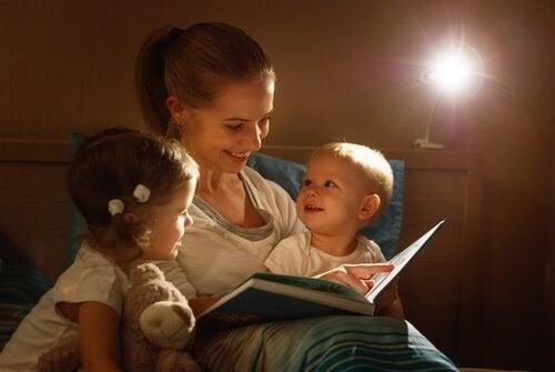 寝る前に子どもに 本 を読む
