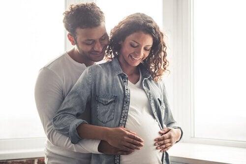 妊娠-カップル 胎動  赤ちゃん  痛み お腹を蹴る