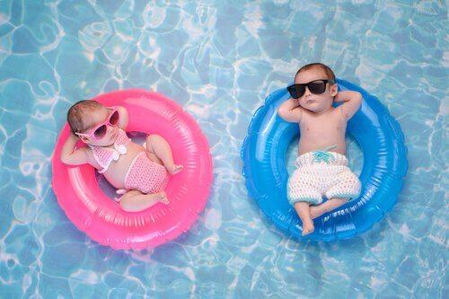 浮き輪と赤ちゃん 赤ちゃん   プール 必要な物