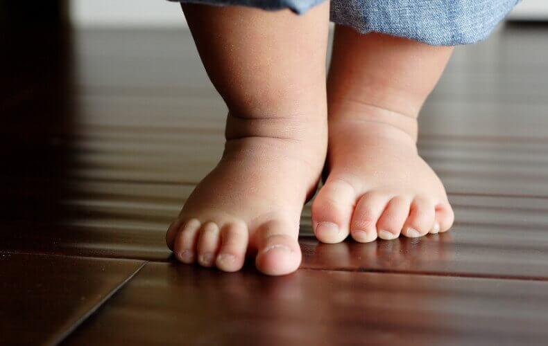 赤ちゃんの足 赤ちゃん 歩き始める