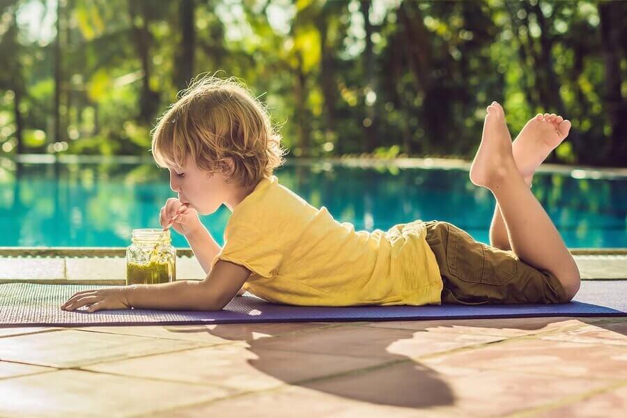 ジュースを飲んでいる少年 ビタミン 豊富なジュース