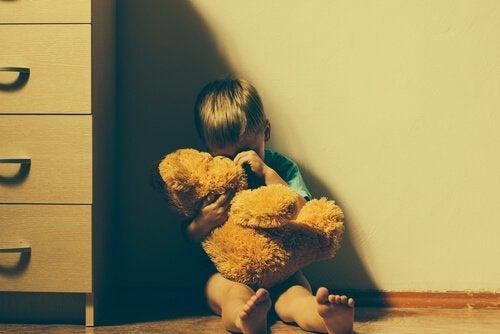 部屋の片隅で泣く子ども 心理的虐待 影響