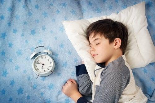 時計の横で寝ている少年