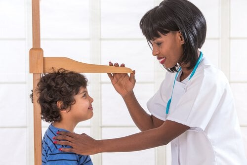 背丈を図る医者 思春期 成長 いつ止まる