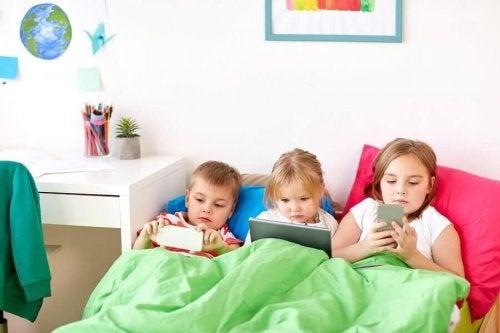 子供が何歳になったら携帯電話を持たせるべきか知っていますか?